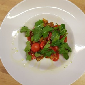 Салат из теплых баклажанов с розовыми помидорами